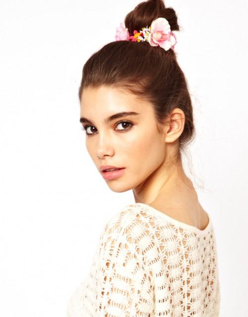 Une proche bijoux avec des fleurs à poser dans vos cheveux.